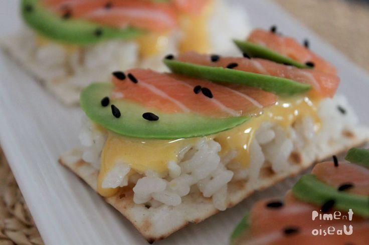 """Tartine croustillante n°3  (pour 6 pièces)  -6 pièces de pain azyme """"Croustia """" -100g de saumon cru  -1/2 avocat-6 c. à soupe de riz rond cuit  -1 j.d'oeuf  -1 c. à c de moutarde forte  -10 cl d'huile  -1 p. de sel -1/2 citron  -2 c. à c de sésame noir."""