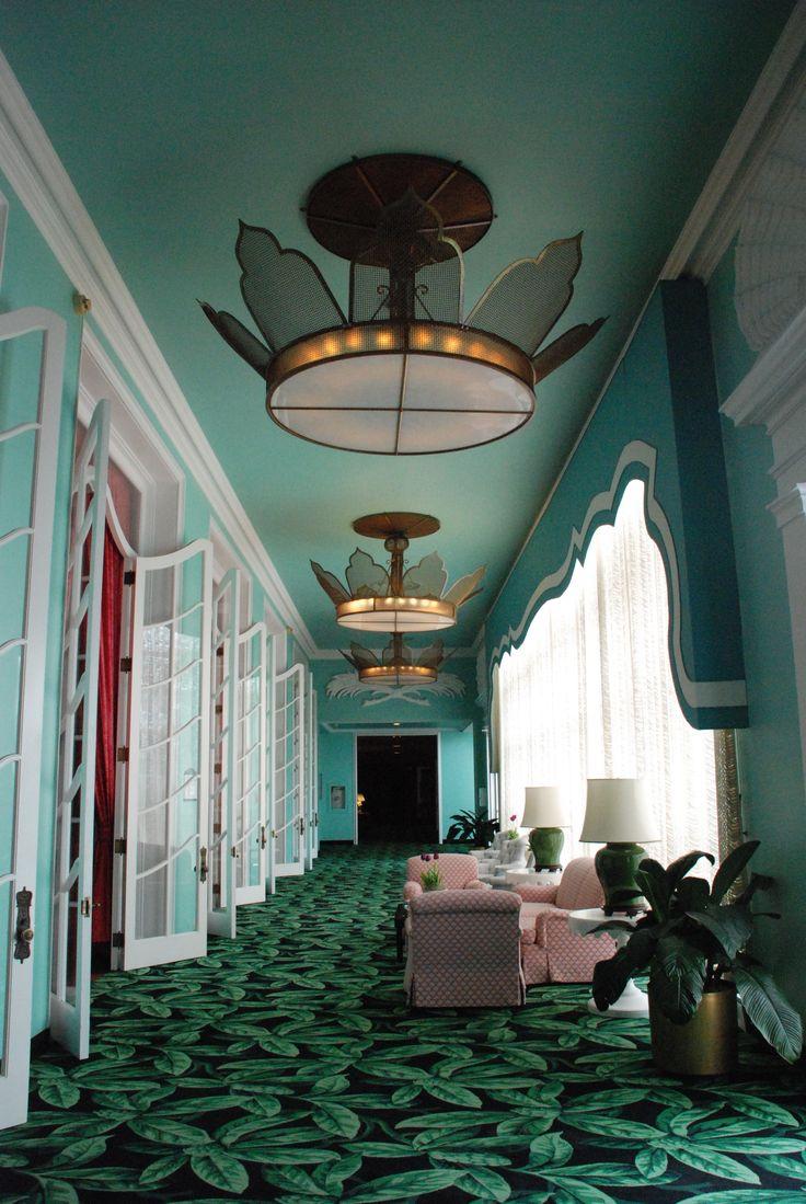Op deze foto zie je een tapijt liggen. Ik heb hiervoor gekozen omdat in het hotel Leerhotel 't Klooster op dit moment 2 soorten tapijten liggen bij de slaapkamers. Ik vind dat het een doorlopend tapijt moet worden, en dat overal hetzelfde ligt.