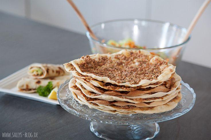 Dünne Teigfladen mit Hackfleisch-Gemüsebelag, schmecken am besten, wenn sie mit frischem Salat eingerollt werden.  Zubereitung: 60-100 Min. Backzeit / Wartezeit: 120-150 Min. Zutaten für Für 20 Lahmacun: Teig: 1 kg Mehl 2 TL Zucker 1 W. Hefe (42 g) 500 ml Wasser 2 TL Salz 6 EL Olivenöl Belag: 700 g Hackfleisch 2 große …