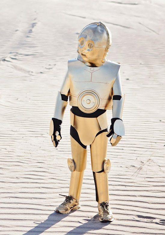 C3PO ist doch auch mal eine gute Idee für ein Kostüm an Halloween für dein Kind, oder? Das ist schließlich ein echter Klassiker. Und es macht sogar Spaß ihn zu entwerfen! | unfassbar.es