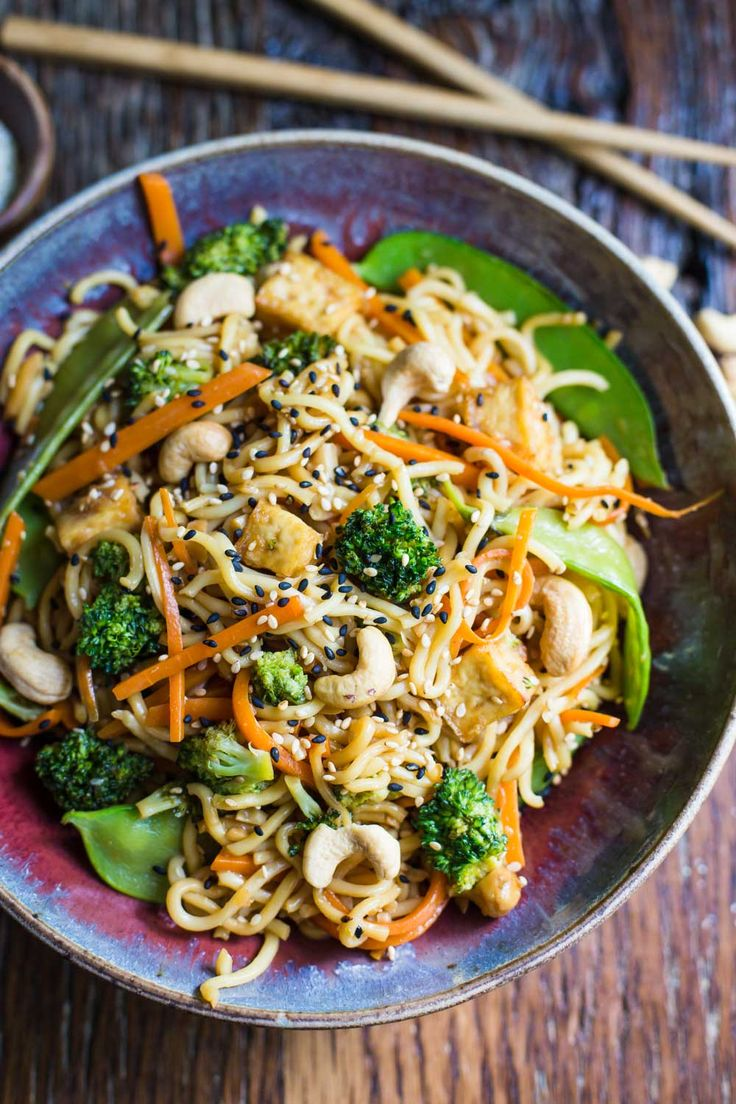 This Vegan Chow Mein is SO easy to make and is perfect for dinner for the whole family!! Fully of veggies and packed with flavor!