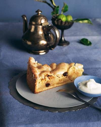 gedeckter Apfelkuchen - Mürbeteig mit Apfel-Rosinen-Mandel-Füllung - http://www.brigitte.de/rezepte/gedeckter-apfelkuchen-10538760.html