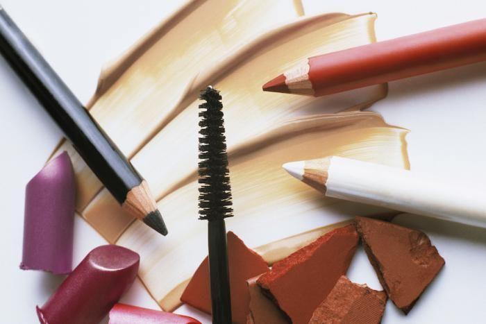 Elke vrouw heeft al eens make-up gemorst. Maar wat als je kledij vuil is geworden ? Op deze manier krijg je die vervelende make-up vlekken uit je kleding.