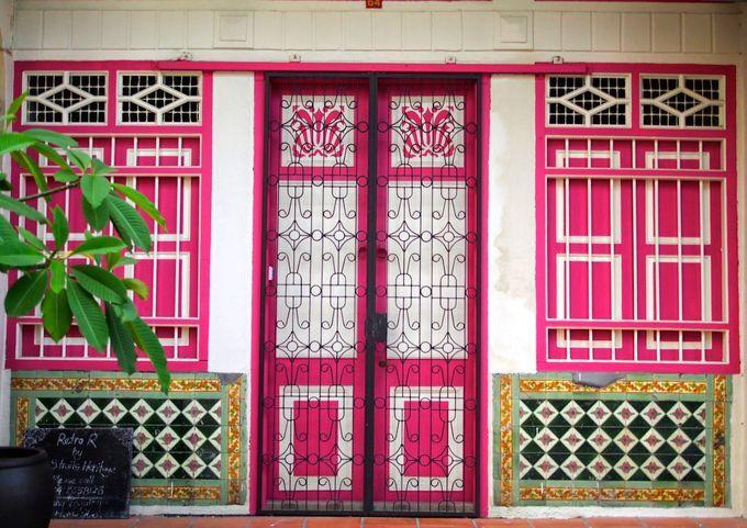 マレーシアのペナン島にあるジョージタウン。植民地時代のコロニアル様式とプラナカン様式が複雑に絡みあい、色鮮やかで美しい装丁を魅せる街並みが世界遺産に登録されています。今、ジョージタウンはさらなる進化を遂げています。古い建物を改造した個性的なカフェやホテルが誕生し、街角に歴史を語る可愛らしいアイアンアートや、ポップな壁画が描かれています。ジョージタウンのアートに焦点を合わせて散歩してみましょう。