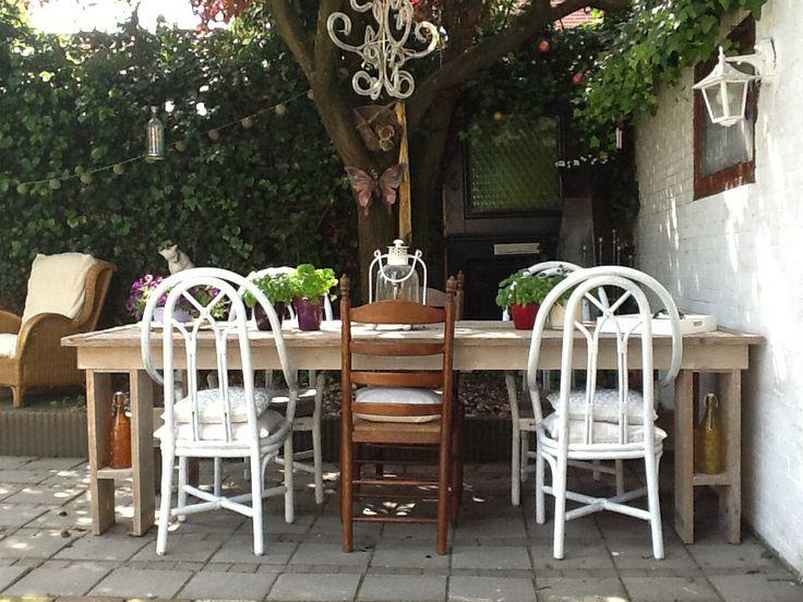 Deze tafel hebben Martin en Henk zelf gemaakt. Trots.....