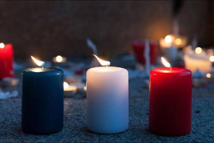 De Lille, à Marseille, de Lyon à Rennes, de Bordeaux à Dijon, toute la France a pleuré les 129 victimes des attentats commis vendredi soir à Paris.A 12H00, le pays se figera en hommage aux victimes - 103 morts sont déjà identifiés - des attaques parisiennes coordonnées et sans précédent qui ont frappé vendredi soir le Stade de France, la salle de spectacle du Bataclan et plusieurs bars et restaurants du centre de la capitale. Métro, RER, bus et tramways s'arrêteront.Une rose à la main, les…