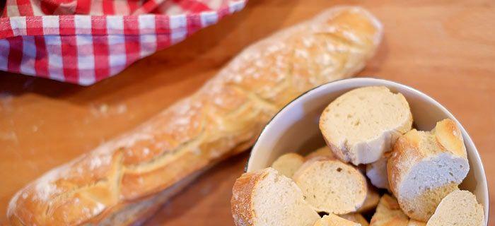 Zelf stokbrood maken is erg makkelijk en vooral heel lekker. Met maar een paar ingrediënten bak je zelf het lekkerste stokbrood, hier het recept.