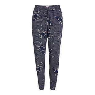 För en cool och ledig stil kommer dessa byxor med avsmalnande ben vara perfekta i sommar. Tillverkade i luftig viskos kommer de i flera mönstrade varianter med en chic dragsko i midjan.