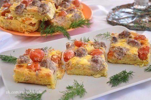 Картофельная запеканка с мясными шариками  Ингредиенты: 500 г готового мясного фарша, 1 кг картофеля, 200-300 г помидоров черри, 2 яйца, 1 большая луковица, 1 морковь, 3 зубчика чеснока, 3 ст. ложки манной крупы, 5 ст. ложек майонеза, 1 ч. ложка куркумы, 2 ч. ложки горчицы, соль, перец – по вкусу, небольшой пучок укропа, растительное масло.  Приготовление: 1. Пассеруем в растительном масле мелко порезанную луковицу, измельченный чеснок и тертую на средней терке морковь, присыпав все…