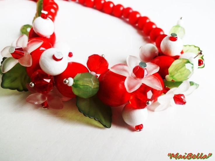 """Zur monatlichen Farbaktionn """"MaiBella"""" habe ich eine rote Perlenkette mit Blüten entworfen.     Länge der Kette: ca.60cm"""