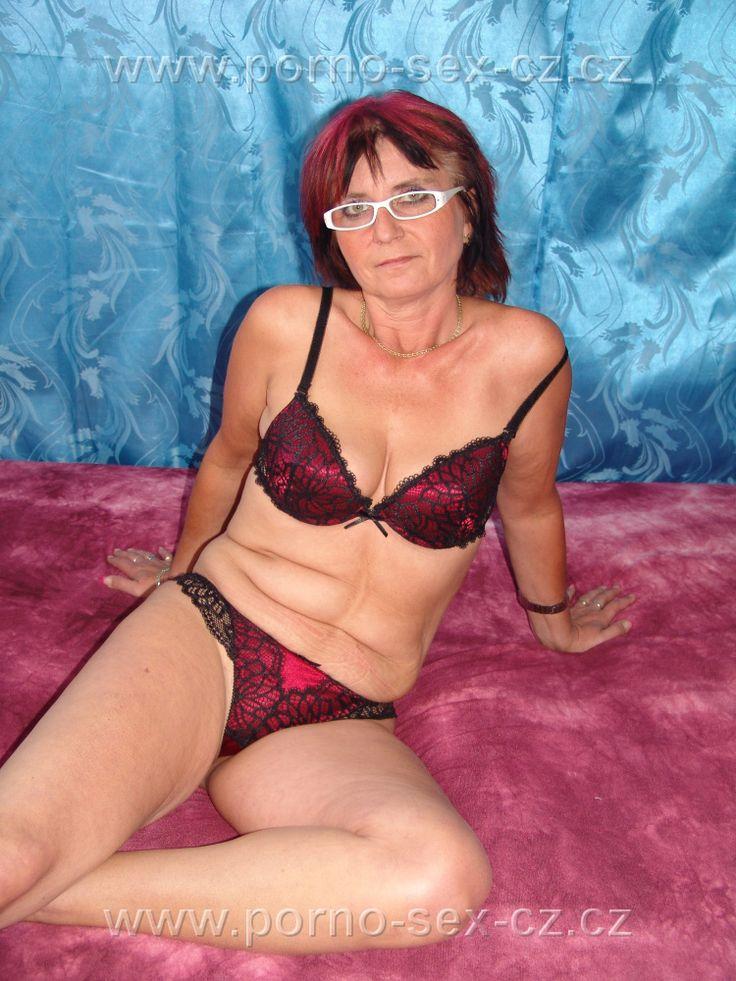 Další zajimavá zralá žena, česká amatérka na erotické fotce určené jenom pro vás. Prostě starší dáma, která má ráda sex.
