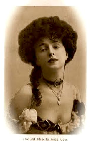 """Evelyn Nesbit souvenir card, """"I should like to kiss you"""". Nesbit was one of the most in-demand artists' models in New York at the turn of the century, and was arguably the first pin-up girl."""