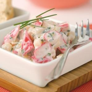 Krabí salát s jogurtem a celerem    Ingredience  12 ks krabí tyčinky  1 špetka sůl  1 lžíce Activia bílá 0%  1/2 lžíce olivový olej  1 špetka mletý bílý pepř  1 lžíce pažitka  4 lžíce sterilovaný celer    Postup  Krabí tyčinky nakrájíme na kolečka, pažitku nasekáme nadrobno a vše promícháme se sterilovaným celerem. V malé nádobě smícháme jogurt s olejem, solí a pepřem. Obě směsi smícháme a krabí salát máme hotový. Krabí salát s jogurtem a celerem podáváme nejlépe s bílým pečivem.