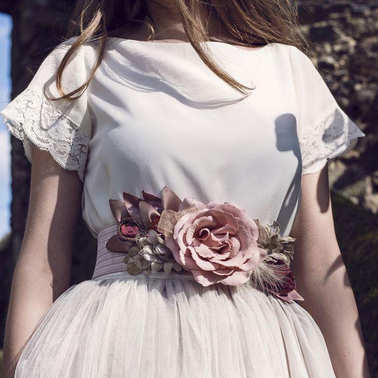 cinturon de flores hecho a mano para boda rosa y beige