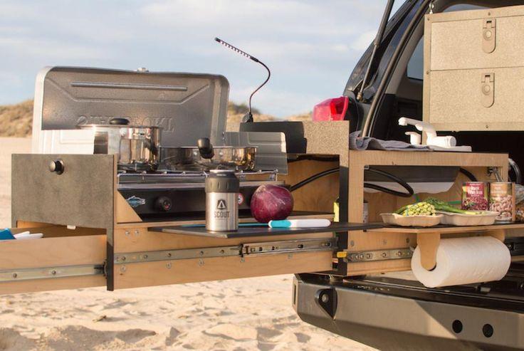 Es spielt keine Rolle, wo Ihr euer Fahrzeug geparkt habt – mit der Outdoor-Küche von Scout könnt ihr direkt in eurem PKW eine richtige Mahlzeit kochen. Ausgestattet mit einem Aluminiumrahmen und Schubladen, die bis zu 250 Kilogramm aushalten ist die Küche extrem robust. Jede Küche wird auf Bestellung gebaut, wodurch verschiedenste Features wie ein Ofen mit zwei Brennern, eine integrierter Spüle mit einem 2,5-Liter-Tank, ein Kühlschrank, eine LED-Beleuchtung und sogar ein…