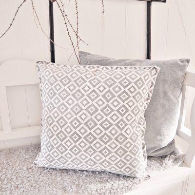 Snygg kudde med underbart mönster från Hübsch. Blanda gärna med vår grå kudde från samma leverentör.