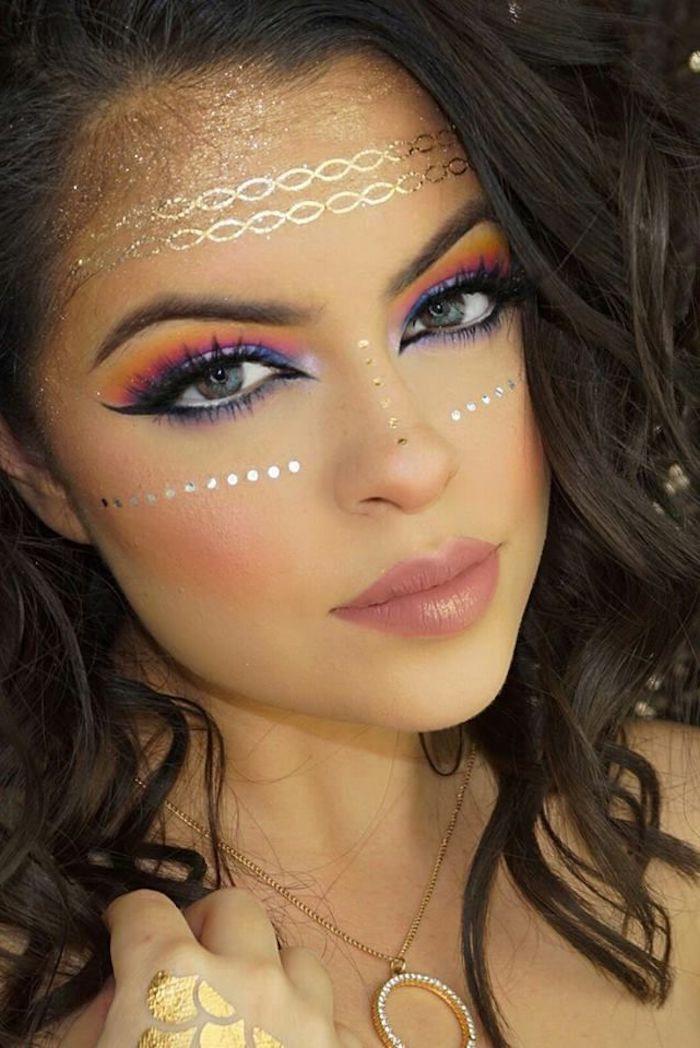 maquillage de fete, lèvres rose, collier avec bague en or, tatouage doré sur la main, cheveux bouclés