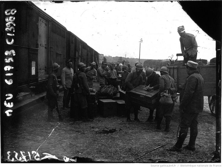 Arrivée par voie ferrée d'un détachement, dans une gare de cocentration du front : [photographie de presse] / Agence Meurisse | Gallica