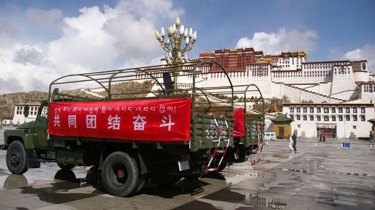 Le 21 mars 2008 devant le palais du Potala, à Lhasa. Des centaines de militaires chinois seront convoyées vers la capitale du Tibet après les émeutes qui se sont déroulées quelques jours plus tôt.