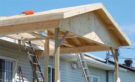 Photo de la pose du contreplaqué du toit