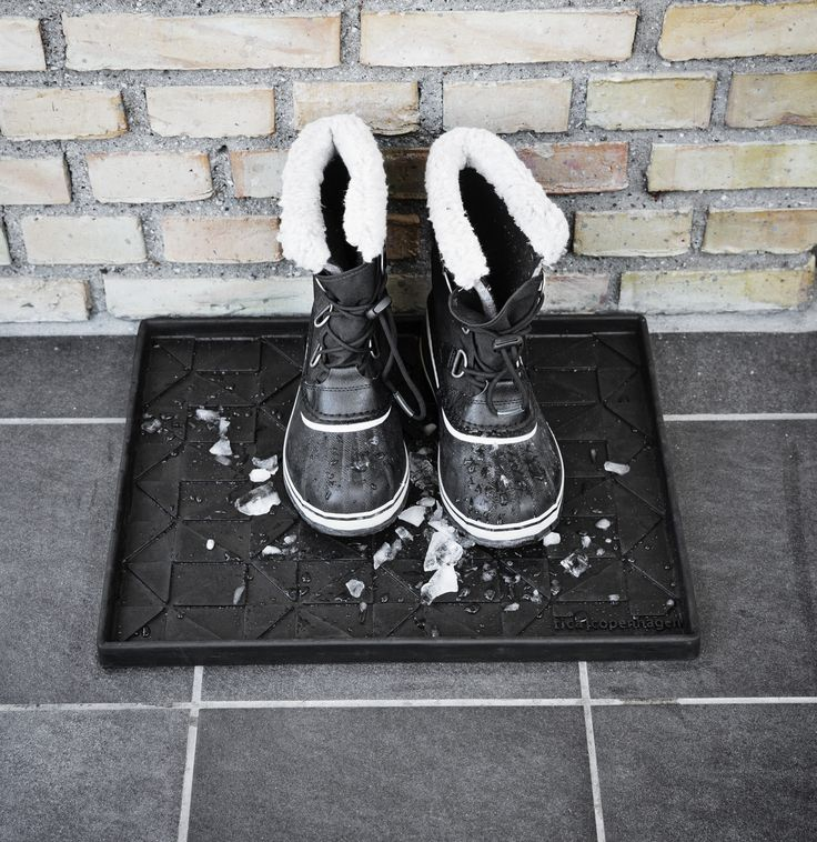 Hello winter! Goodbye wet hallway floors. Super functional boot tray in graphic design 48 x 38 cm.  Made from 50% recycled rubber. Perfect both inside and outside.