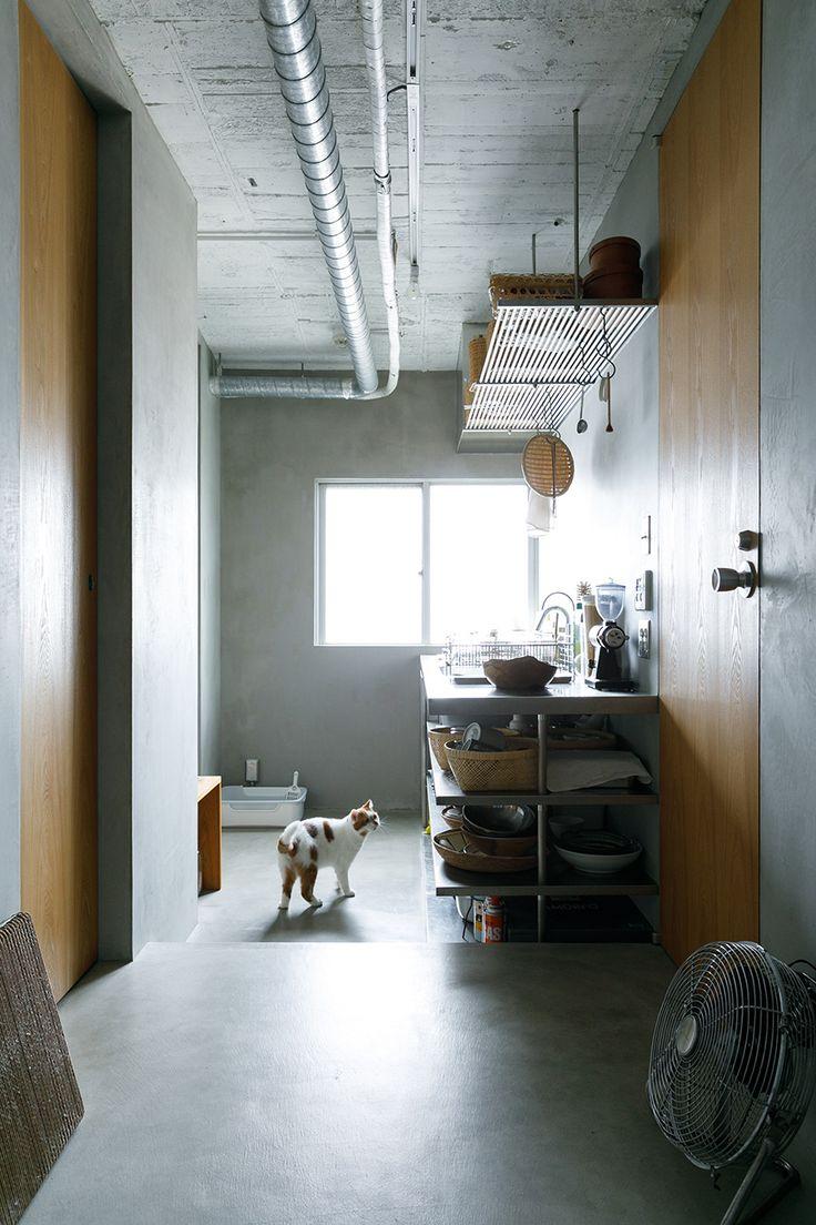 左が寝室、右が暗室のドア。ドアの質感や色はリビングの家具と統一感がある。