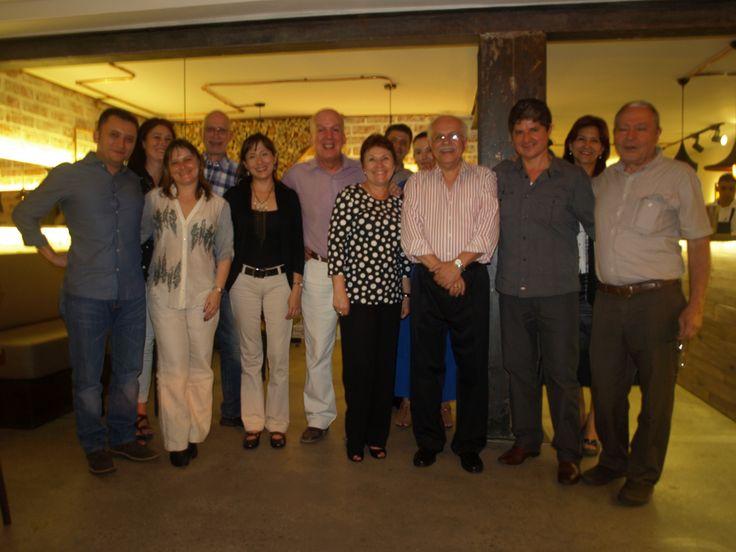 TERTULIA Y CATA CON CENA - NOCHE DE VINOS FRANCESES. El día 25 de febrero, en ORIGEN - Museo del Vino tuvimos nuestra primera terlulia con la MESA DE LOS SEÑORES, descorchamos 4 vinos: Chardonnay, Pinot Noir, Merlot y Moscatel (cosecha tardía), la charla estuvo a cargo de ANGELA MARÍA VELAZQUEZ, la representante de Medellín, quién nos contó sobre regiones, cepas y viñedos franceses: fue muy interesante.