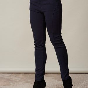 AISHA slim fit pants, dark blue. Pants with stretch. Slim fit with a reasonable high waist and beautiful crossings/stitching on the legs which makes the legs look skinnier. We recommend that you buy this pair of pants in a size smaller than usual.