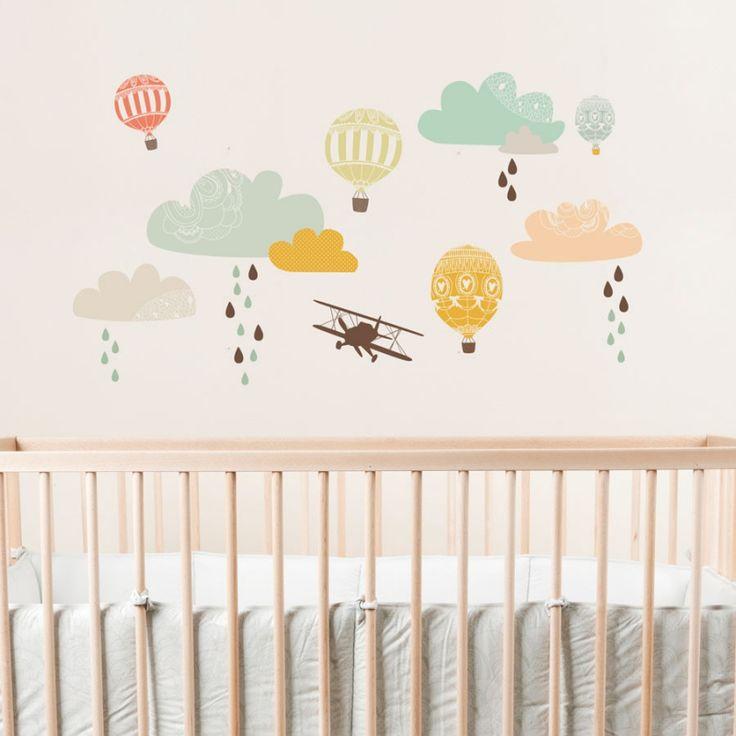 Väggdekor barnrum - Up and Away Fin väggdekor med moln, regndroppar, luftballonger och ett flygplan från ljuvliga Love Mae