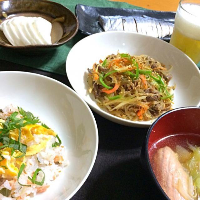 奥のしめ鯖は買ったやつ - 32件のもぐもぐ - 鮭と大葉の混ぜ寿司、春雨でチャプチェ、鮭のアラ汁 by reirei7