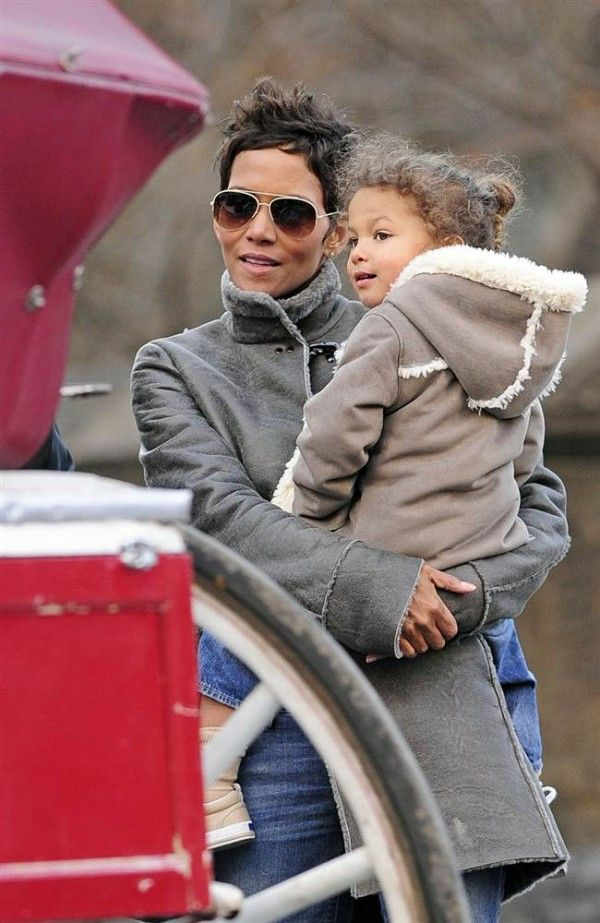 Halle Berry carrying her daughter. ♥ Check out my celebrity website! ♥