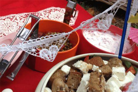 Perfekt fürs romantische Picknick - Dekoration aus Spitzenbändern und Borte