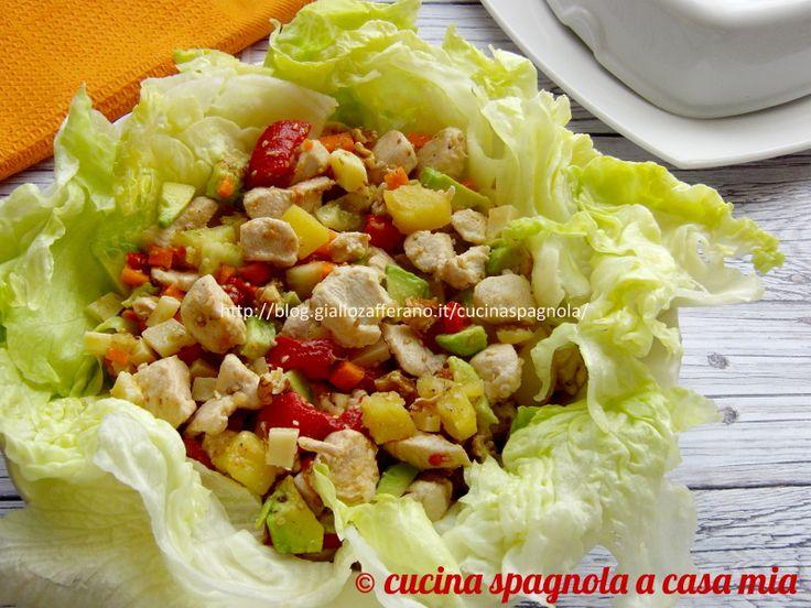 Insalata di pollo e avocado, una ricetta con un tocco leggermente esotico da proporre come secondo o come piatto unico, sano e completo.