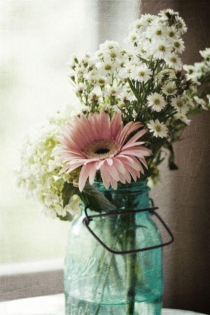 such a lovely and simple flower arrangement - Floral Design Ideas