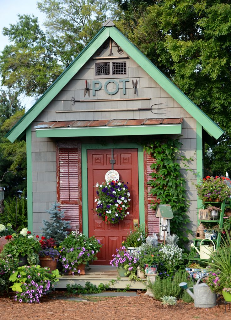 Dream little flower shed! I'd love this at the bottom of my garden!