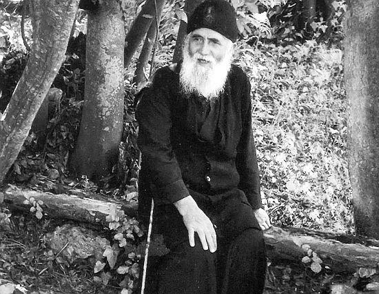 Dacă oamenii ar trăi mai simplu ar fi mai liniștiți – Părintele Paisie Aghioritul | La Taifas