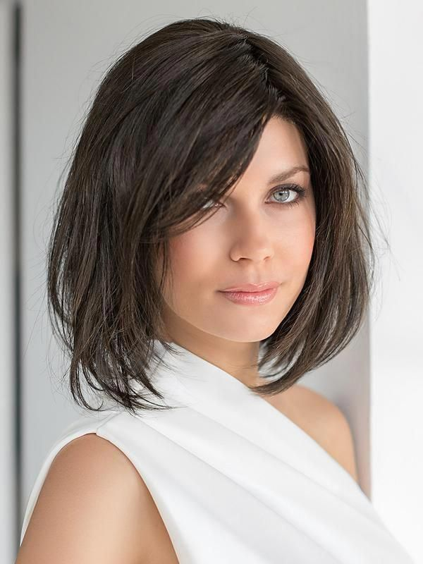 Icone by Ellen Wille is the perfectly tailored long bob style. This iconic cut falls right above the shoulders and has fringe that side sweeps at chee