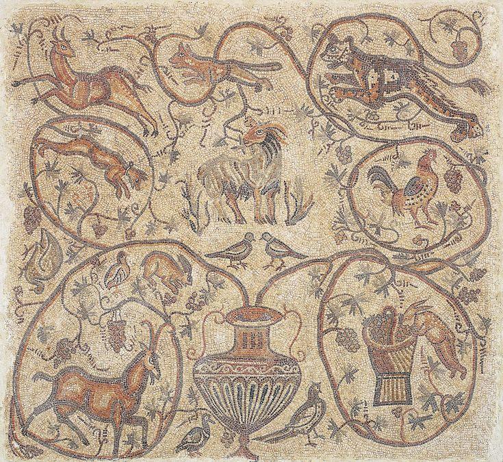 """Descubrimos en un curioso mosaico turco una inscripción en griego antiguo que retrata la filosofía hedonista del """"carpe diem"""" romano, junto a una jarra de vino."""