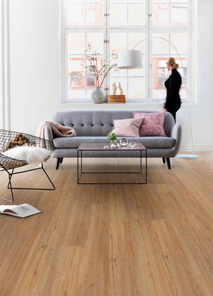 Natural oak Pvc click laminaat. Pvc vloer met houtlook. Geschikt voor alle ruimten zoals de badkamer, woonkamer, keuken of slaapkamer. Past zowel in een modern interieur als een industrieel Interieur. Geschikt voor vloerverwarming. Bestel tot 6 gratis vloerstalen op onze website. #pvcvloer #pvc #vloer #vloeren #pvcvloeren #badkamer #woonkamer #keuken #licht #donker #taupe #bruin #grijs #bruine #grijze #houtenvloer #groef #houten #houtlook.
