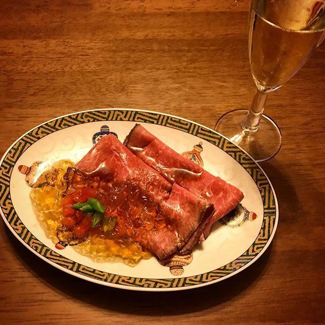 ジューシーローストビーフ・コンソメジュレ添えとワイン #ローストビーフ #roastbeef  #牛肉 #ビーフ #beef #肉 #meat  #ステーキ #steak #roasted  #コンソメスープ #ゼリー #jelly #soup #soupstock  #トマト #tomatoes #been #greenbeans  #スパークリングワイン #sparklingwine  #ワイン #白ワイン #wine #vin #vino  #夕食 #ディナー #dinner #家飲み