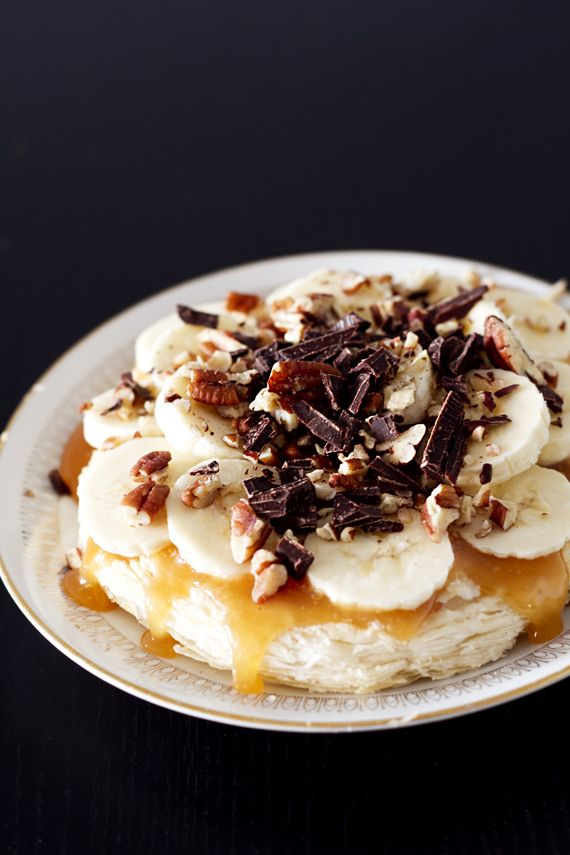 Vegan puff pastry dessert with caramel sauce, chocolate, banana and pecans.  http://vegoriket.se/?p=262#more-262