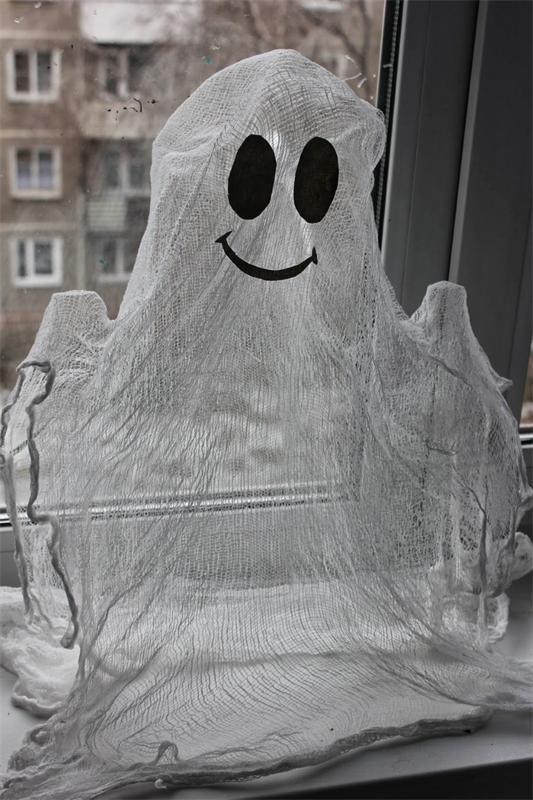 Поделки на Хэллоуин своими рукамиС годами праздник Хэллоуина становится все более популярным. Издавна люди верили, что в ночь перед Днем всех святых страшные костюмы изменят их облик до неузнаваемос...
