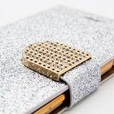 Das glamouröse Case von Elfenstaub fasziniert mit der funkelnden Oberfläche und diamantbesetzter Lasche. Integrierte Fächer für Kreditkarten und die praktische Call-while-Closed Funktion sind clevere Highlights.