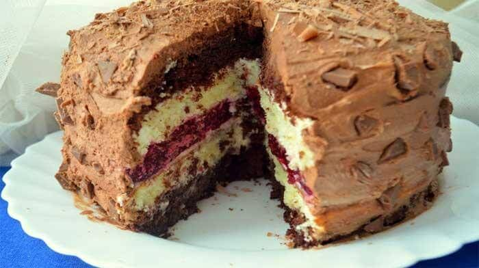 Многослойный торт «Мишель». Кажется, чтомногослойный торт «Мишель» сделать достаточносложно, но это не так. Его приготовление не вызовет трудностей, только желательно бисквиты и желе сделать заранее. Торт очень хорошо пропитывается и получается сочным, но при этом отлично держащим форму.На вкус — не чрезмерно сладкий, с небольшой кислинкой от вишневого желе. Торт очень богатый на вкус и очень красивый в разрезе.