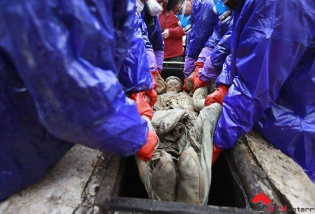 #Chinese #Road Worker Found A #Mysterious Box! That Will #Freeze You