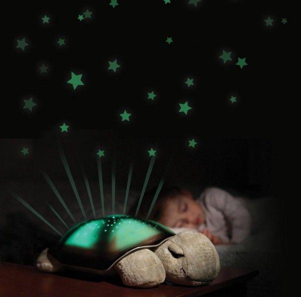 Diese Schildkröte von CloudB ist ein sanfter Einschlafbegleiter für die Nacht. In drei verschiedenen Farben, bernstein, blau oder grün, zaubert sie einen leuchtenden Sternenhimmel an die Zimmerdecke.