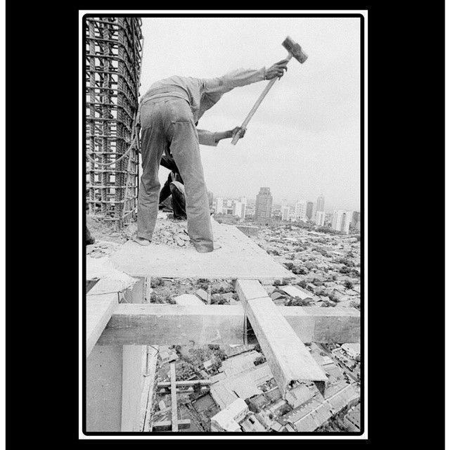 Bidang konstruksi merupakan bidang yang banyak terjadi kecelakaan kerja. Pada tahun 2010 dari data BPJS ketenagakerjaan terdapat 32% kecelakaan yang terjadi. KAMU TAU GAK SIH?  1. Jika berada di atas 1.8 meter maka harus memakai apd yaitu Body Harness 2. Apd lainnya yang harus dikenakan jika bekerja di konstruksi yaitu safety helmet sarung tangan baju lengan  panjang kaca mata masker 3. Setiap perusahaan jasa konstruksi harus memiliki HSE untuk mengidentifikasi potensi bahaya dan pencegahan…