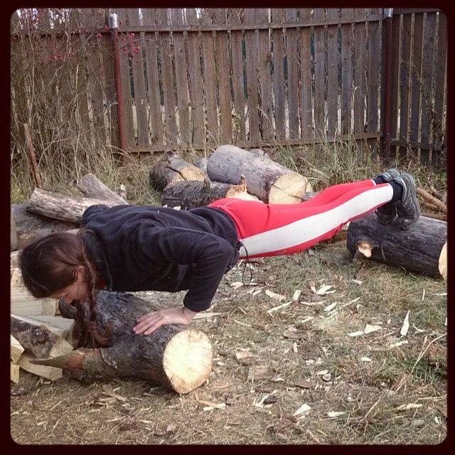 malyshkina_nastya Конкурс от @rusdudnik #sibworkout4 продолжает тему печки... Наколоть дров в качестве разминки, а потом уже подходить к любимым отжиманиям, используя по желанию бревна для облегчения или усиления нагрузки... или для антуража))