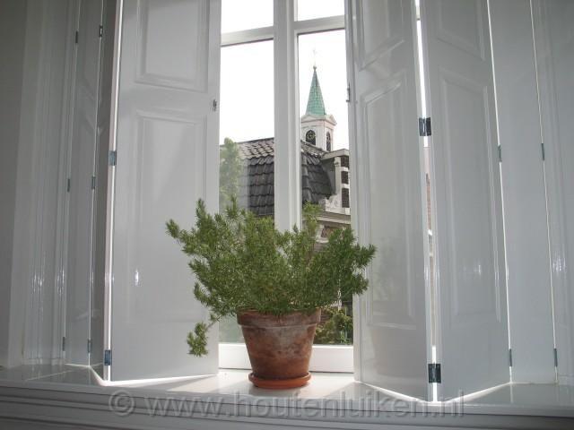 Voor de terrasdeuren in de slaapkamer 4 scharnierende binnenluiken maken. Het kozijn heeft een afmeting van 216x186. Dus 4 luiken van 46.5 cmx 216 (2x scharnierend). De opgeklapte luiken moeten in zijn geheel open kunnen slaan tegen de wand aan.