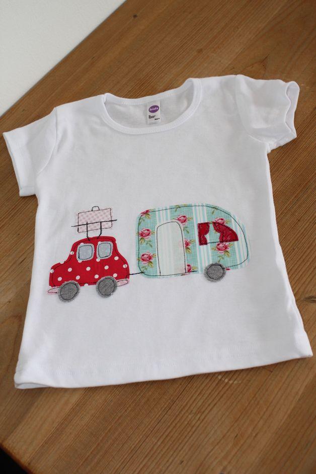 Sommerliches Shirt mit originellem Auto und Camper. Auf Wunsch kann noch der Name appliziert werden.  Alle Applikationen sind aufwändig aufgenäht und aus sommerlichen Tilda-Stoffen.  Auch als...